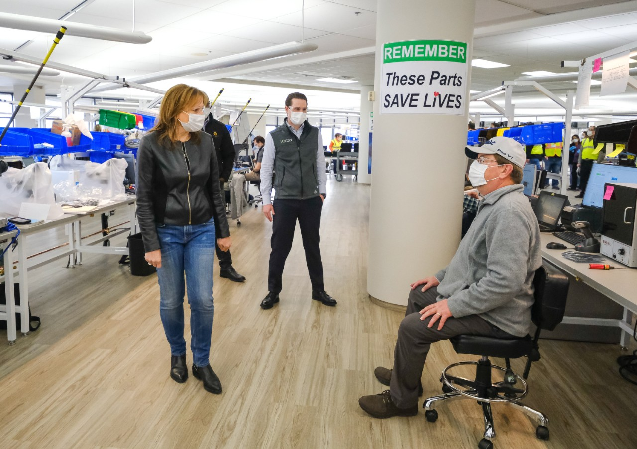GM CEO MARY BARRA AND VENTEC LIFE SYSTEMS CEO CHRIS KIPLE TALK WITH A WORKER WHILE TOURING THE GM MANUFACTURING FACILITY IN KOKOMO, IN, APRIL 14, 2020. PHOTO AJ MAST FOR GM